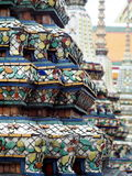 Ornements décoratifs sur le stupa et le mur du temple historique de WAT PHO, BANGKOK Image stock