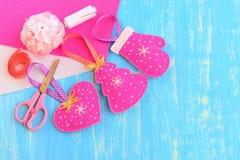 Ornements d'arbre de Noël Le rose fait maison a senti l'arbre de Noël, le coeur, la mitaine décorée des perles et les flocons de  Photo stock