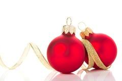 Ornements d'or et rouges de Noël sur le fond blanc avec l'espace pour le texte Image stock
