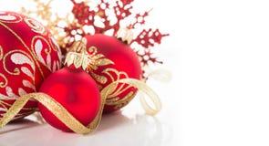 Ornements d'or et rouges de Noël sur le fond blanc Carte de Joyeux Noël Images libres de droits