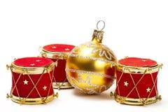 Ornements de bille de Noël et de tambour rouge Photographie stock