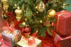 Ornements de billes de cadeaux d'arbre du Christ Photographie stock