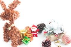 Ornements de boîte-cadeau et de Noël sur le fond blanc Photographie stock