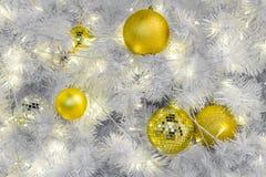 Ornements de boule de Noël sur les branches blanches Photographie stock