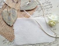 Coeurs de manuscrit avec des papiers d'écriture Photographie stock