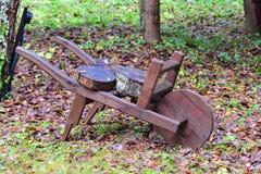 Ornements de jardin : une brouette en bois Photographie stock libre de droits