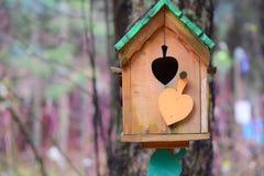 Ornements de jardin : une maison d'oiseau Photographie stock libre de droits