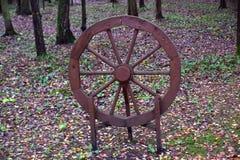 Ornements de jardin : une roue en bois intéressante Image libre de droits
