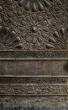Ornements de la porte de bronze-plat d'une mosquée historique au Caire, Egypte image libre de droits