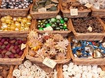 Ornements de Noël au marché d'avènement Photos stock