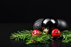 Ornements de Noël avec des branches de pin Image stock