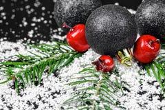 Ornements de Noël avec des branches de pin Photographie stock