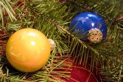 Ornements de Noël avec le branchement de sapin de Douglas Photographie stock libre de droits