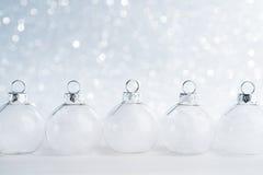 Ornements de Noël blanc sur le fond de bokeh de scintillement avec l'espace pour le texte Photographie stock