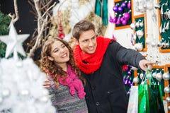 Ornements de Noël d'achats de couples au magasin Photos libres de droits