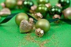 Ornements de Noël dans divers tons verts Photographie stock
