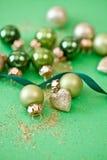 Ornements de Noël dans divers tons verts Images libres de droits