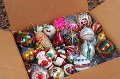 Ornements de Noël dans la boîte en carton. Image stock