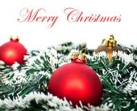 Ornements de Noël dans la neige Images stock
