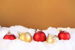 Ornements de Noël dans la neige Image libre de droits