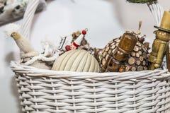 Ornements de Noël dans le panier images stock