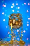 Ornements de Noël dans un grand verre de bokeh bleu Photos stock