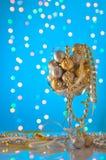 Ornements de Noël dans un grand verre de bokeh bleu Images libres de droits