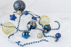 Ornements de Noël de bleu et d'or sur le fond blanc Photo stock