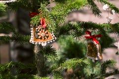 Ornements de Noël de pain d'épice sur l'arbre photo stock