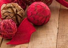Ornements de Noël de style campagnard sur le bois rustique avec Copyspace Image stock