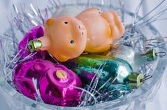 Ornements de Noël de vintage dans un bol en verre photos libres de droits
