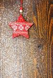 Ornements de Noël et conseil couvert de neige Photo libre de droits