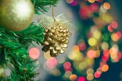 Ornements de Noël sur l'arbre de Noël avec le bokeh Images libres de droits