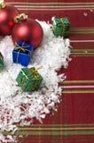 Ornements de Noël sur la nappe rouge Photo stock