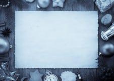 Ornements de Noël sur le bois Photographie stock libre de droits