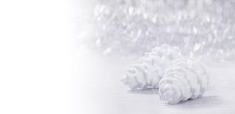 Ornements de Noël sur le fond de bokeh de scintillement Photo libre de droits
