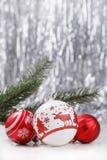 Ornements de Noël sur le fond de bokeh de scintillement Image libre de droits