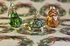 Ornements de Noël sur le papier d'emballage de vacances Images stock