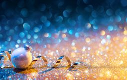 Ornements de Noël sur le scintillement - bleu d'or de Bokeh avec la boule photographie stock