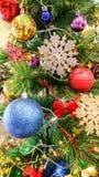 Ornements de Noël sur un arbre de Noël Photos stock