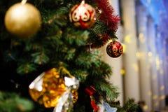 Ornements de Noël sur un arbre Image stock