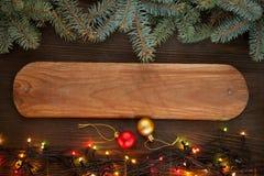 Ornements de Noël sur une table dans la neige avec le gentil CCB joyeux Photo libre de droits