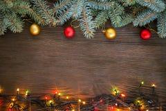 Ornements de Noël sur une table dans la neige avec le gentil CCB joyeux Photos libres de droits