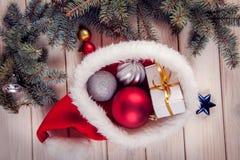 Ornements de Noël sur une table dans la neige avec le gentil CCB joyeux Images stock