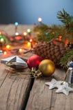 Ornements de Noël sur une table dans la neige avec le gentil CCB joyeux Photos stock