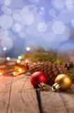 Ornements de Noël sur une table dans la neige avec le gentil CCB joyeux Image stock