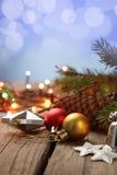 Ornements de Noël sur une table dans la neige avec le gentil CCB joyeux Images libres de droits