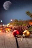 Ornements de Noël sur une table dans la neige avec le gentil CCB joyeux Photographie stock