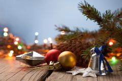 Ornements de Noël sur une table en bois avec un backgrou de fête gentil Photos stock