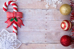 Ornements de Noël sur un fond en bois Photo libre de droits